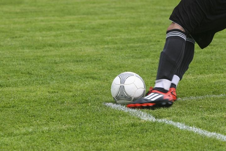 Ett par fotbollsben och boll