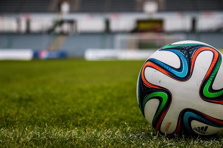 Fotboll liggande på en plan